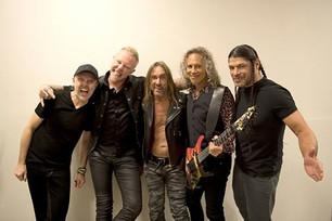 Iggy Pop ovacionado durante un concierto de Metallica