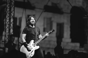 Foo Fighters canta 'Under Pressure' junto a un fan de Freddie Mercury