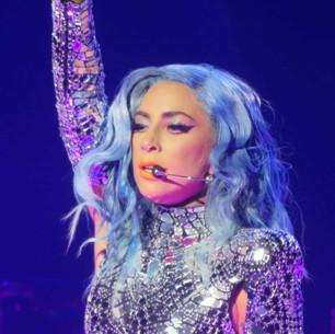 La brutal caída de Lady Gaga en brazos de un fan