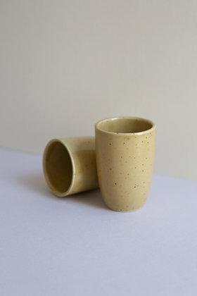 2 tasses beige en céramique mouchetée