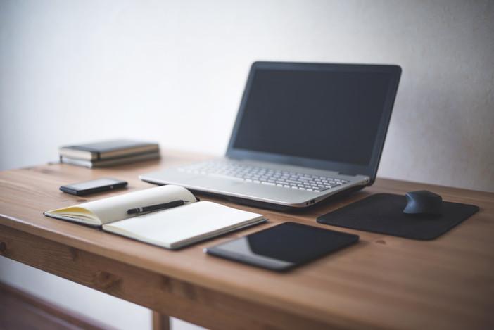 עשרה טיפים לשמירת שולחן העבודה מאורגן נקי ופרודוקטיבי