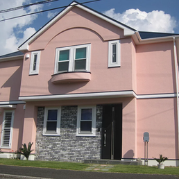 落ち着いたピンク色で、別荘を塗り替えました。