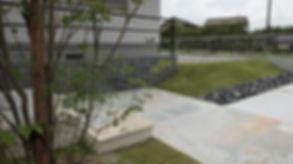 芝生の法面に割栗石が
