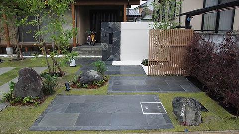 濡れた石畳のアプロ-チが深みを与える。