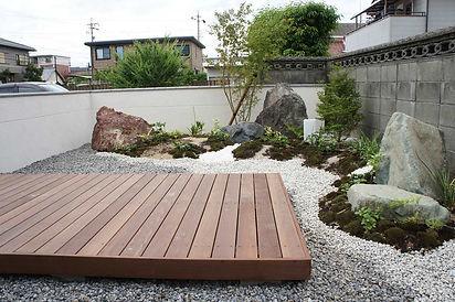 和庭園のウッドデッキ
