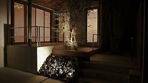 お庭はタイルテラスとオリ-ブで