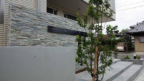 天然石とRC打ち放しの異素材の組み合わせ
