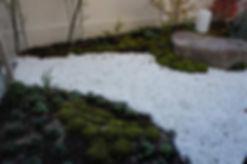 杉コケと白玉砂利による和庭園