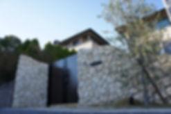 琉球石灰岩を用いた門壁