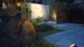 景石と植栽がアプロ-チを彩る