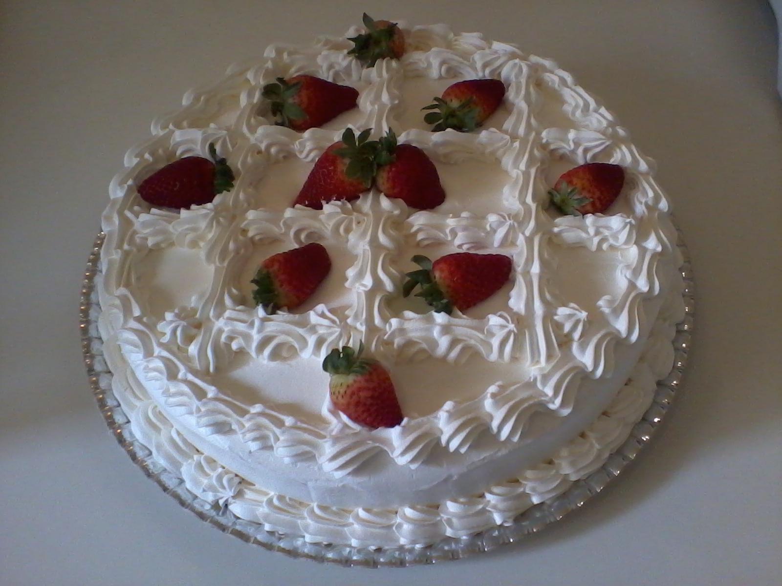 bolo branco morango pequeno.jpg