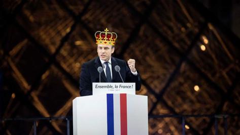 Le Roi Macron et sa cour de bouffons soumis