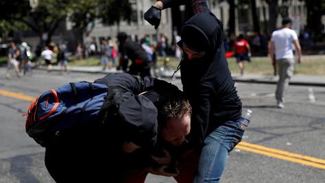 Berkeley : des centaines d'antifas attaquent des partisans de Trump et des journalistes