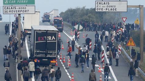 Calais: affrontements entre migrants, des blessés par balle. Ça va encore durer ?