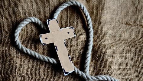 Un enfant battu brutalement dans son école à cause d'une croix portée autour du cou