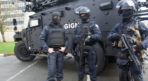 Dictature sanitaire: violemment interpellé pour un masque porté sous le nez (+vidéo)