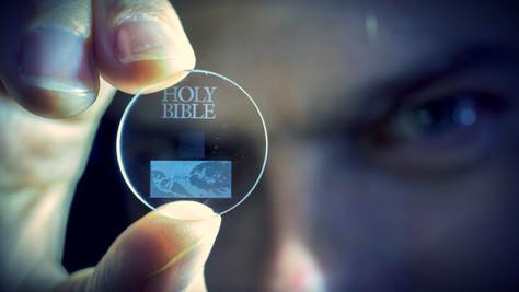 SCIENCE - La Bible gravée éternellement sur du quartz par un laser.