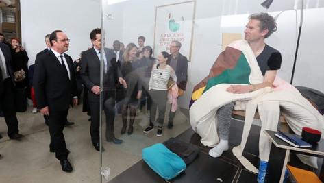 Le Président de la France rend visite à un homme qui couve des œufs...