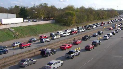 Texas : 25 000 personnes font la queue pour recevoir de la nourriture de banques alimentaires