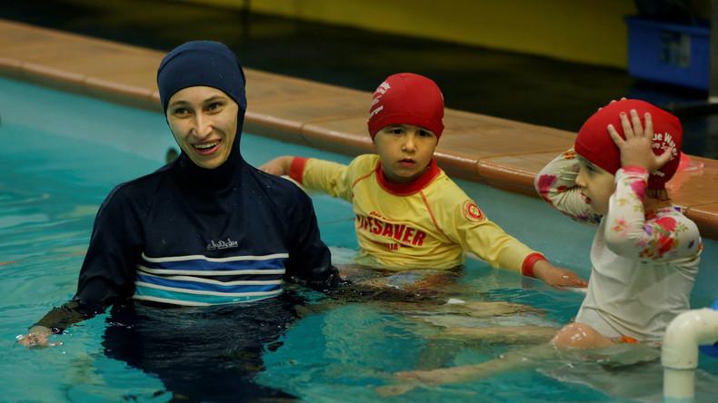 Femme en burkini dans une piscine. Polémique. Russia Today