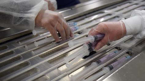 Vaccin contre le Covid-19 : la classe politique prend parti pour ou contre son obligation