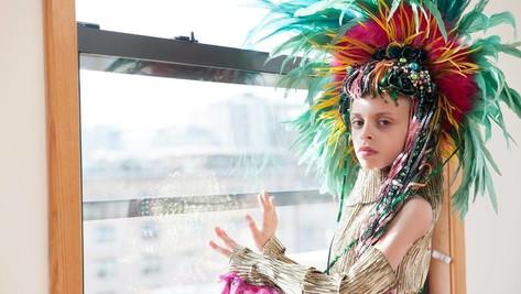 Société décadente: à 10ans, il crée le premier club drag queens pour enfants et ados.