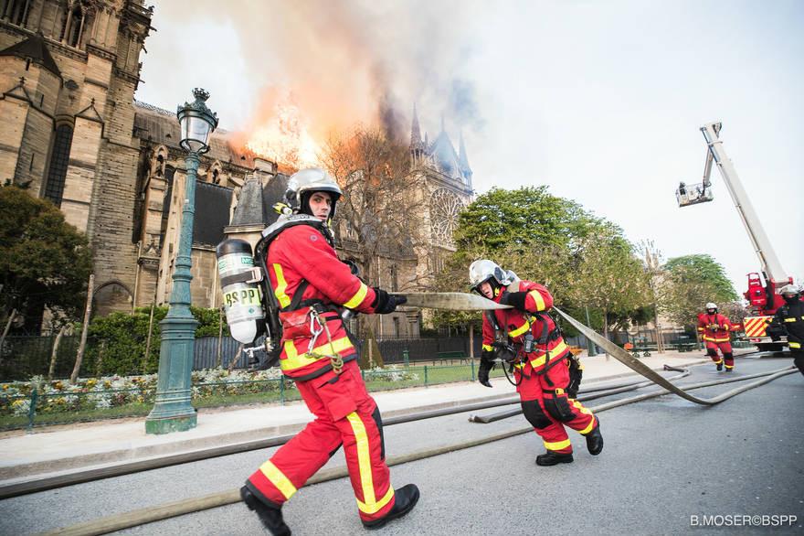 Pompiers de Paris luttant contre l'incendie de Notre Dame de Paris