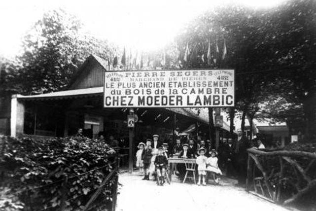 """""""Chez moeder Lambic"""" une étape de la fanfare des chasseurs de prinkères"""