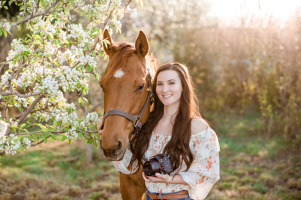 Headshot of Jeni with Jeni Jo Photography and her horse, Gracie, and camera