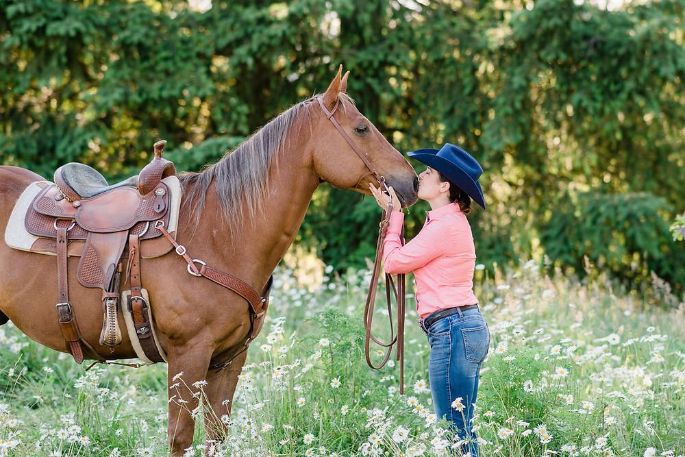 Katie kissing Zipper, a chestnut quarter horse on his nose