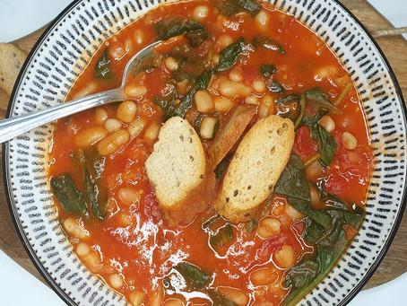 Bouillon épicé, tomate, haricots et épinards.