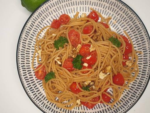 Spaghettis sans gluten, tomates cerises et noix.