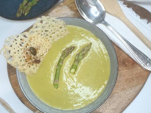 Crème d'asperges vertes au parmesan et tuiles au parmesan.