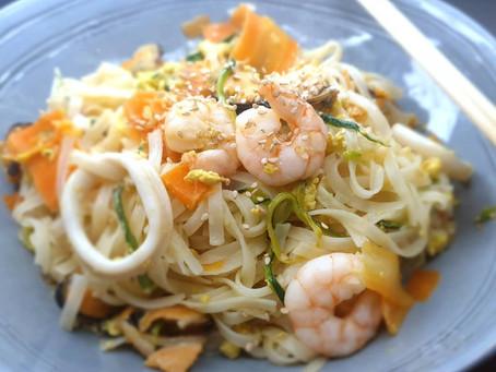 """Nouilles de riz, tagliatelles de légumes, de fruits de mer, sauce """"pepsée"""" au raifort. (sans gluten)"""