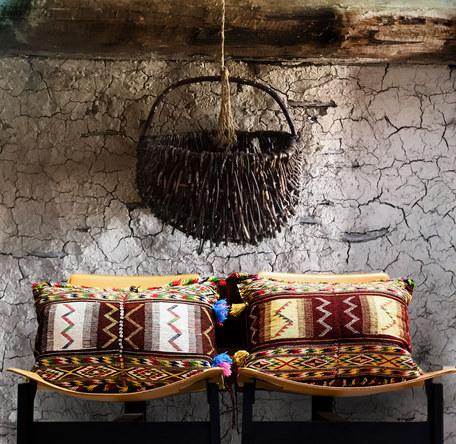 cuscini bordo e oro con cestino