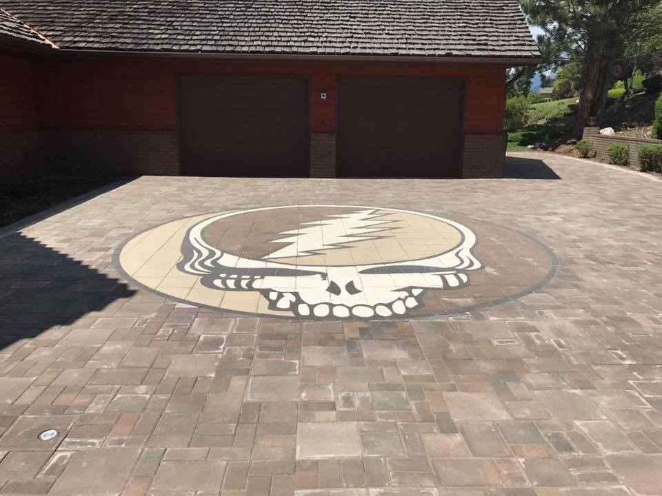Stealy inlay, paver inlay, paver design, driveway design, driveway design ideas