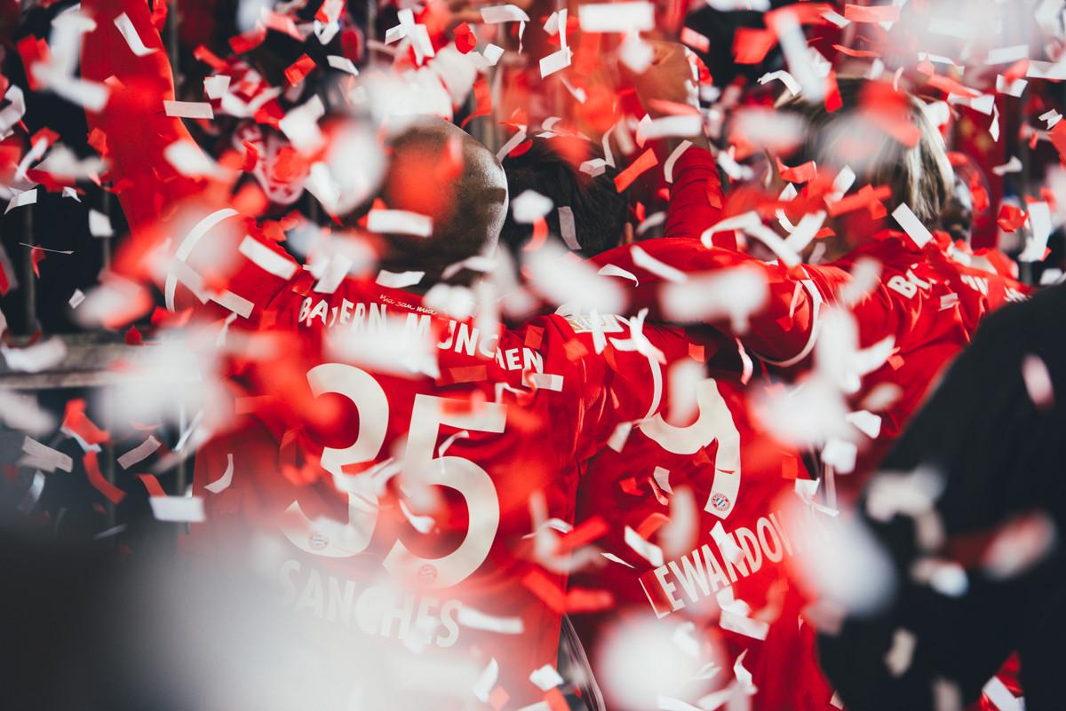 Kopfhörer Beats by Dre Apple FC Bayern München Fussball Sport Ball Stadion Umkleidekabine Spieler Meisterschaft Werbung Werbefotograf Werbeproduktion Produktfotografie Stilllife Licht Farbe Rot Kreativ Fotografie Foto Fotograf Auftragsfotograf Philipp Löffler Loeffler - München