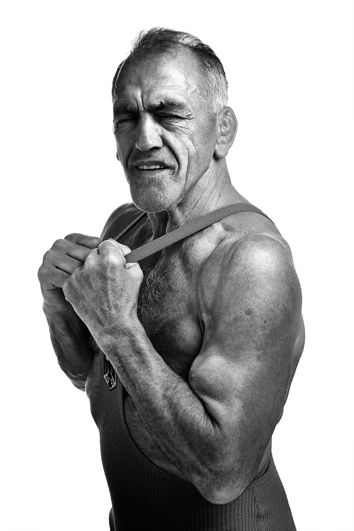 Adolf Seger Wrestler Ringer olympischer Medaillen gewinner Pokale Gewinner Sieger Sport Nahkampf Rekord Deutsch Deutschland Portrait Studio Schwarz und weiß Kontrast Werbefotograf Werbung Fotografie Foto Fotograf Auftragsfotograf Auftragsfotografie Philipp Löffler Loeffler - München