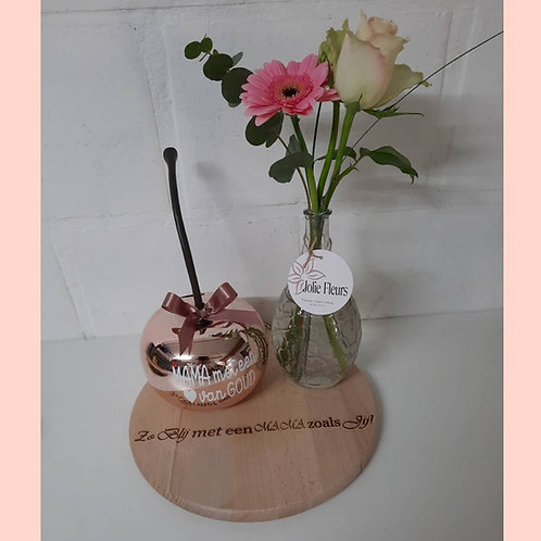 Grote Kers op een houten schijf + Hoog vaasje met verse bloemen.