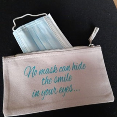 Mondmaskerzakje tekst: No mask can hide the smile in your eyes...
