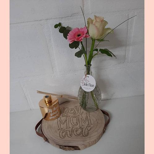 Boomschijf met hoog vaasje verse bloemen en huisparfum.