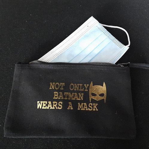 Mondmaskerzakje tekst: NOT ONLY BATMAN WEARS A MASK