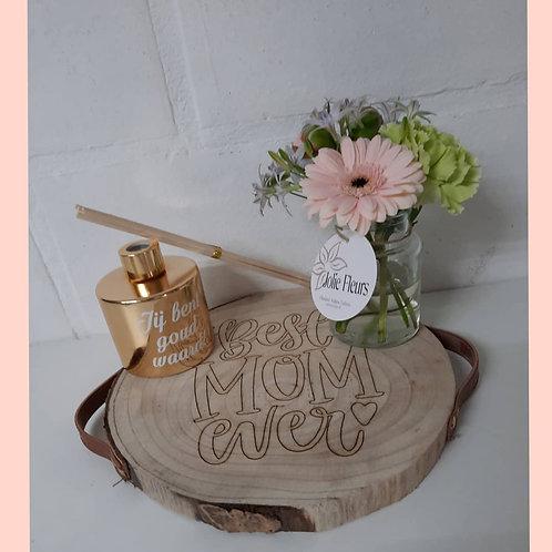 Boomschijf met verse bloemen en huisparfum.
