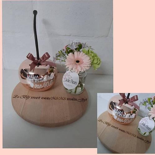 Grote Kers op een houten schijf + Vaasje verse bloemen.