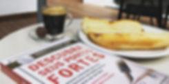Livro Descubra seus Pontos Fortes, um café e um pão com catupiry