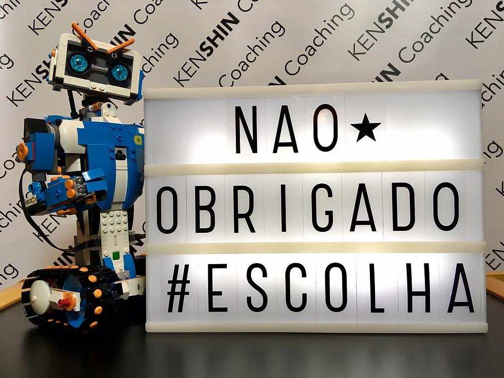 """Robô de LEGO ao lado de uma placa luminosa que diz """"Não, Obrigado"""" #escolha."""