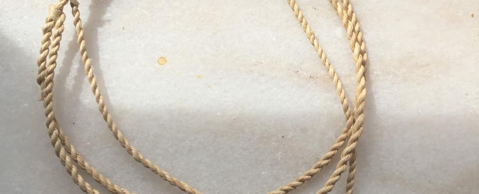 Reprodução de colar pré-histórico