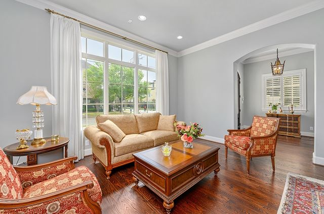 Another nice sitting room. ..._..._..