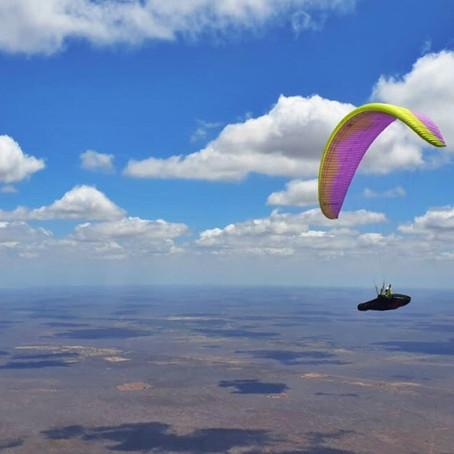 """A """"pororoca"""" do voo livre que dobra o planeio e ajuda na quebra de recordes no sertão."""