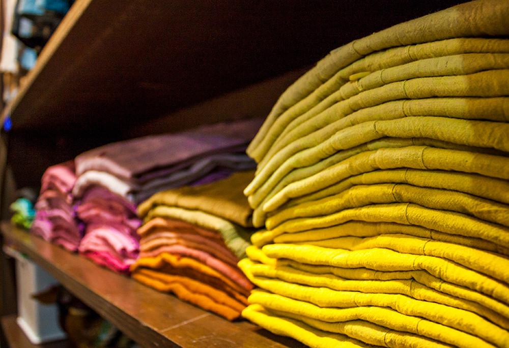 以天然的棉麻材料為底,經剪裁縫製後再使用植物酵素染色,布衣所呈現的多樣色彩著實令人驚艷